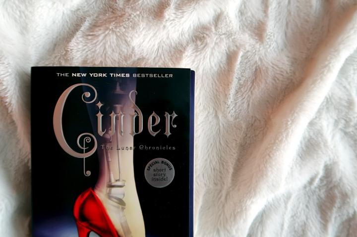 Marissa Meyer: Cinder (The Lunar Chronicles#1)