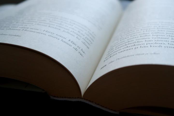 Hurraa lasten- ja nuortenkirjallisuus – Kuuntelitko jo Kirjojen kasvattamat-podcastsarjan?