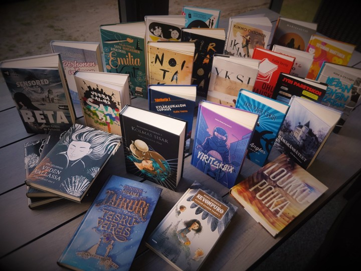 Vieraskynä: Ihmiskoe nimeltä #nuortenkirjatorstai – eli miten päädyin lukemaan yli 40 kotimaista uutuusnuortenkirjaa vuodessa
