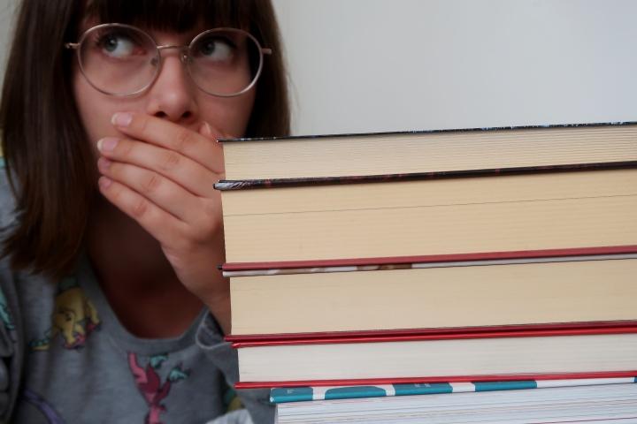 VIDEO: Mitä tehdä, kun kirjaston lainausraja tulee vastaan ja kirjastovirkailija nauraa ääneen varaustenmäärälle?
