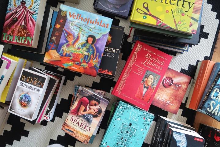 VLOGI: Kirjahyllyn tyhjentämistä (ja Vampyyripäiväkirjoja)
