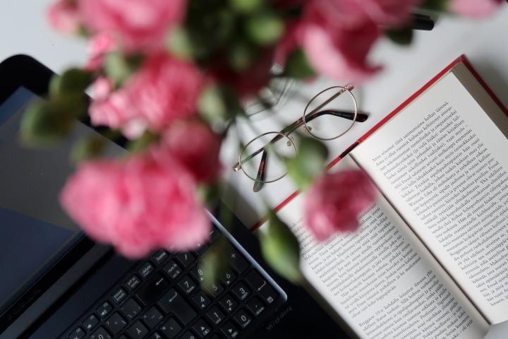 VIDEO: Kolme tuntia viikossa kirjablogin parissa ja tuhat eteenpäin siirrettyävelvollisuutta
