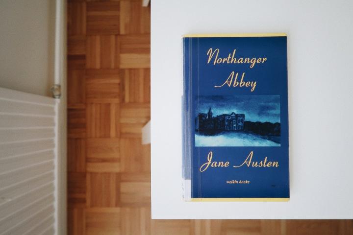 Heikosti iskevää satiiria – Jane Austen: Northanger Abbey eli Neito vanhassalinnassa