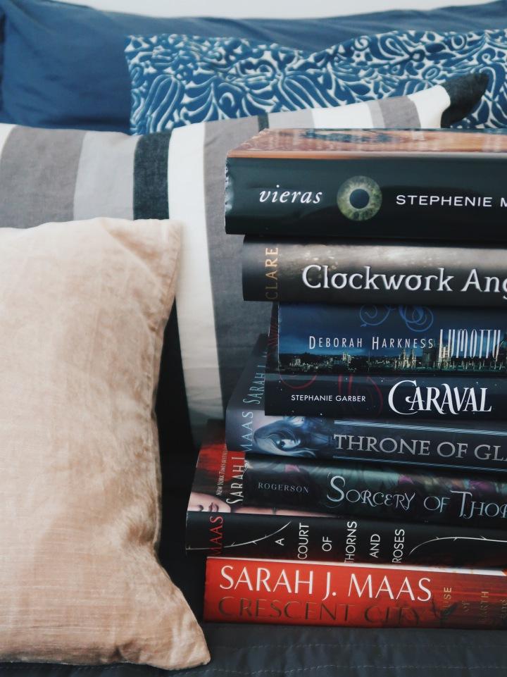 8 romanttista fantasiakirjaa, jotka saavat sukat pyörimäänjalassa
