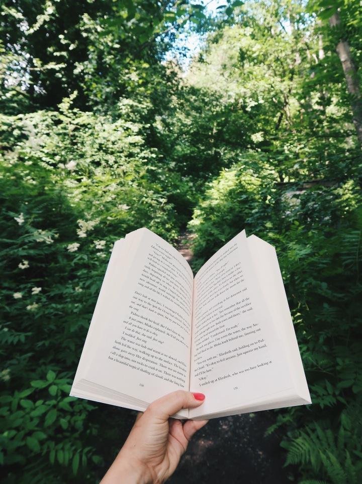 Pääsen viimein kesälomalle – tässä kaikki kirjat, jotka pakkaan mukaanmökille