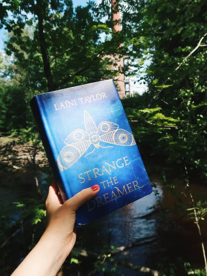 Kaunista kieltä maagisesta kaupungista – Laini Taylor: Strange theDreamer