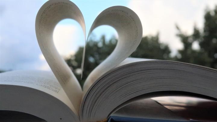 Mitä lukea häämatkalla? – 17 romanttista kirjavinkkiähäämatkalle