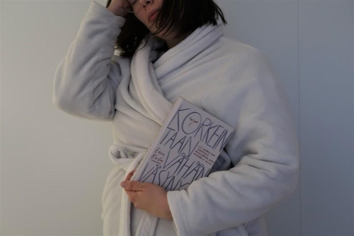 Kirja kaikille, jotka kaipaavat lempeää halausta – Eeva Kolu: Korkeintaan vähänväsynyt